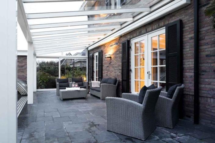 Pergola blanche toit en verre avec éclairage