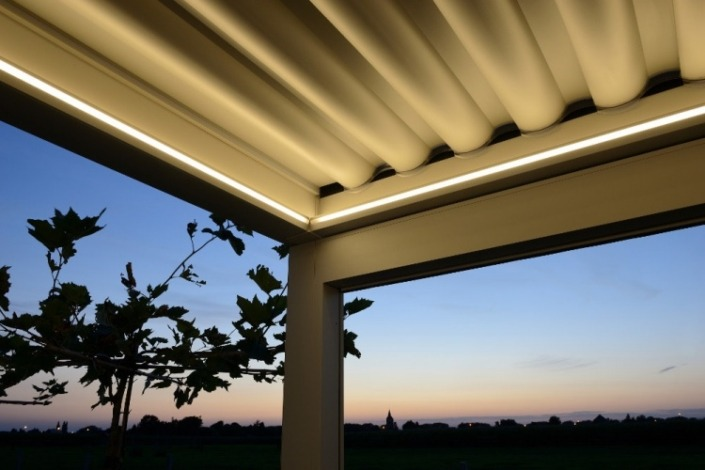 pergola bioclimatique avec éclairage et toile enroulable