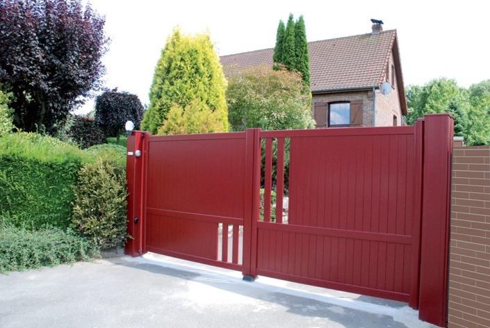 Portail aluminium battant rouge