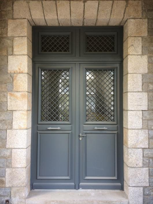Porte d'entrée grise traditionnelle